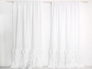 białe zasłony z falbankami