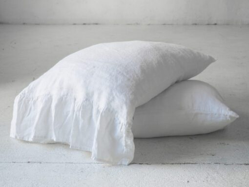 Weißer Kissenbezug mit Rüschen