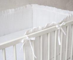 Biały ochraniacz na szczebelki do łóżeczka
