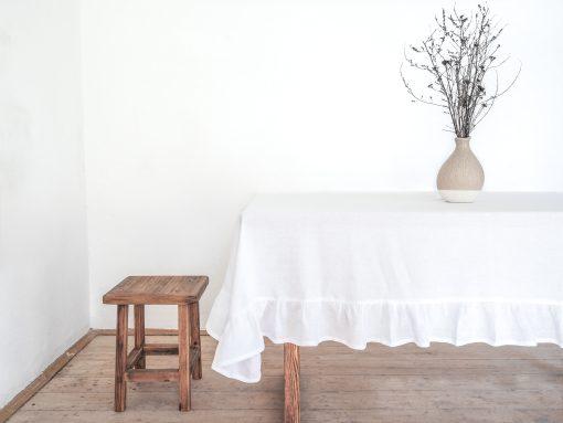 Weiße gekräuselte Tischdecke