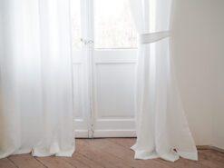 Leinenvorhang zurückbinden