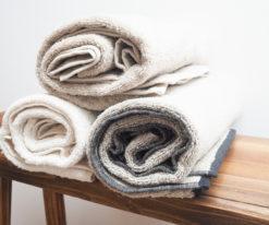 Ciemny ręcznik z lnu frotte