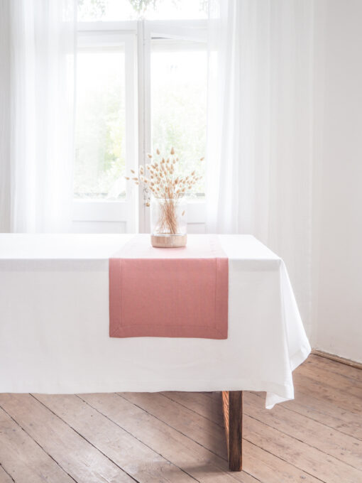 Różowy lniany bieżnik na stół