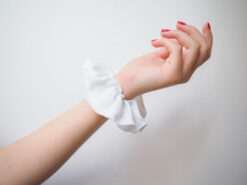 Biała lniana gumka do włosów typu scrunchie