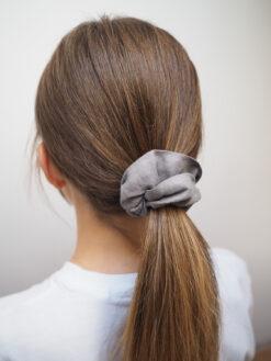 Szara lniana gumka do włosów typu scrunchie