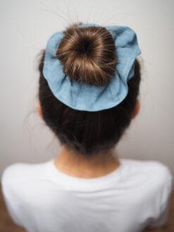 niebieska lniana gumka do włosów typu scrunchie