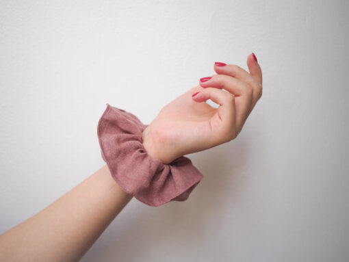 różowa lniana gumka do włosów typu scrunchie