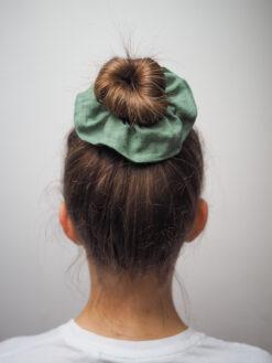 zielona lniana gumka do włosów typu scrunchie