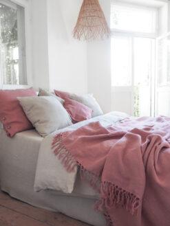 Różowa narzuta z lnu z frędzelkami