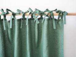 Zielone lniane zasłony z troczkami